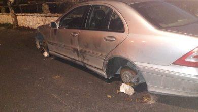 صورة سرقة إطارات سيارة مركونة أمام منزل صاحبتها