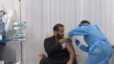 صورة بن سلمان يتلقى لقاح كورونا (فيديو)