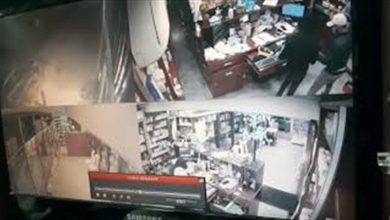 صورة لحظة مرعـ ـبة في زحلة : ضربـ ـوه على رأسه وسرقوا صيدلية المدينة  .. اليكم الفيديو